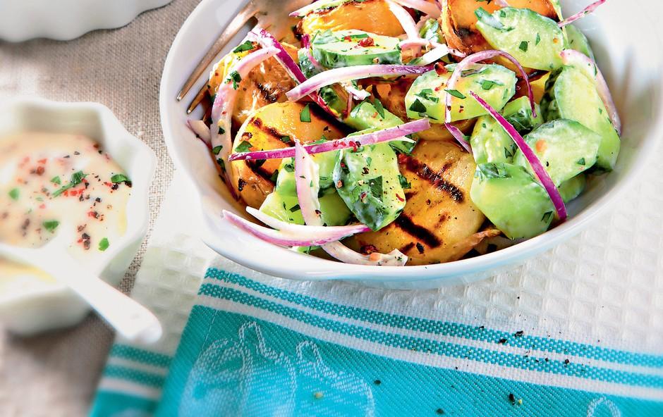 Solata s pečenim krompirjem in kumarami (foto: revija Čarovnija okusa)
