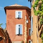 V toplih odtenkih  rdeče-oranžno-okrastega skalovja sijejo hiše Roussillona. (foto: profimedia)