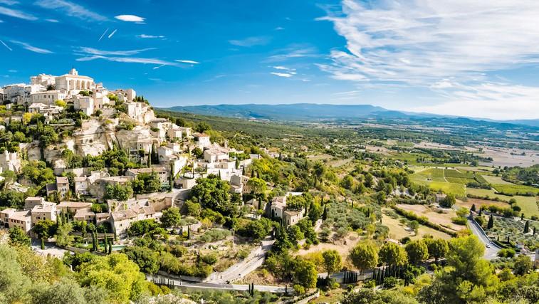 Kdor potuje z odprtimi očmi, bo našel mnogo enačic znane slikovite vasice Gordes. (foto: Revija Moje stanovanje)