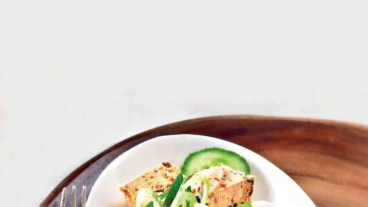 Solata s tofujem in algami nori (foto: revija Čarovnija okusa)