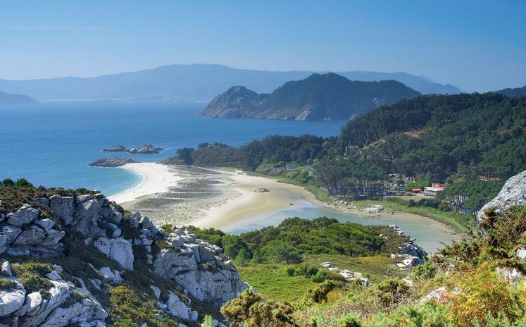Bele plaže se vijejo med klifi in segajo v območje naravnih parkov. Mala mesteca te sprejmejo s svojo slikovitostjo in …