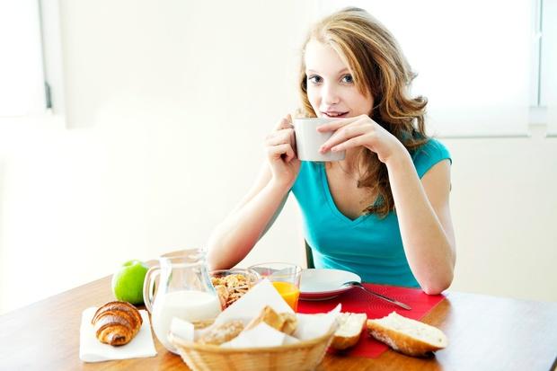 Jejte večkrat na dan Zjutraj telo potrebuje zajtrk, da lahko primerno deluje preko dneva. Jajčka, ovseni kosmiči ali sendvič so …