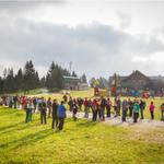 Skoraj dvesto pohodnikov iz vse Slovenije se je zbralo na sončno nedeljsko jutro na 7. tradicionalnem Pohodu z Alpino. (foto: Alpina Žiri)