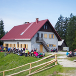 Prvi postanek in malica pri koči na Blegošu. (foto: Alpina Žiri)