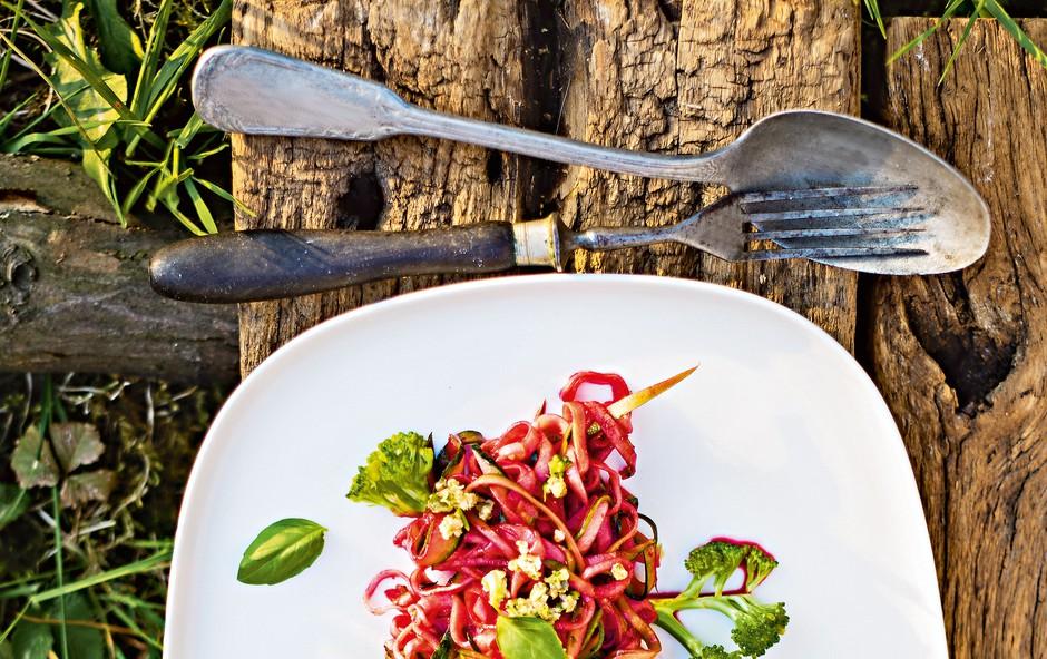 Rožnati bučkini špageti z orehovim pestom in brokolijem (foto: revija Čarovnija okusa)