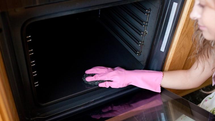 Preprost domač pripravek za čiščenje pečice (foto: Profimedia)