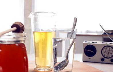Zakaj je koristno vsako jutro piti vodo z medom?