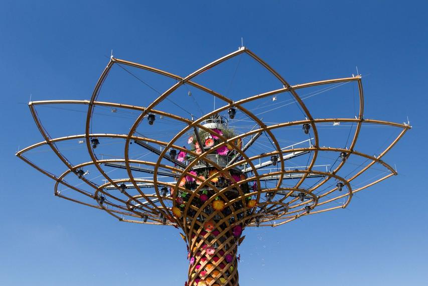 Milano vsako leto od maja do oktobra gosti svetovno znano razstavo Expo, na kateri se predstavijo države sveta.