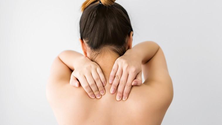 Kaj storiti, ko se pojavijo bolečine v vratu in zakrčena ramena? (foto: Shutterstock)