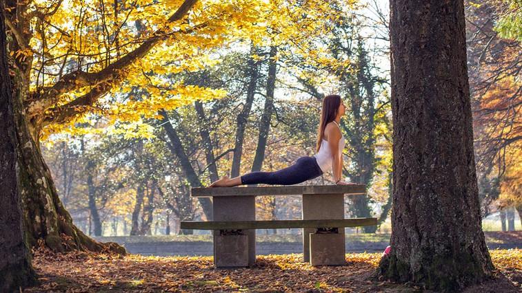 Terapevtska joga: 3 položaji, ki na nežen način sprostijo napete mišice in vas umirijo (foto: Danijel Čančarević)