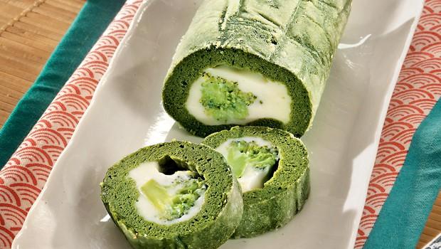 RECEPT: Špinačna rulada s sirom in brokolijem