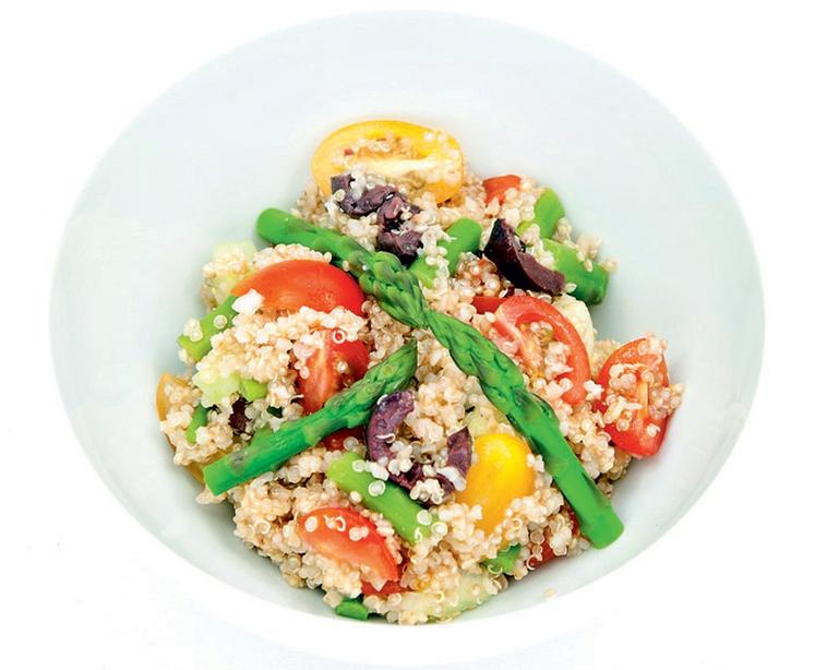 KVINOJINA SOLATA Sestavine: • 250 gramov kvinoje • 1 večja kumara • 250 gramov češnjevih paradižnikov • 2 manjši šalotki …