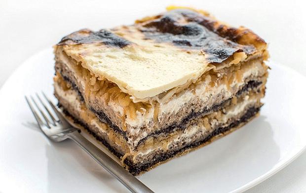 GIBANICA NA 'EASY' NAČIN Sestavine: Testo: • zavitek vlečenega testa (5 listov, ki jih razpolovimo) • 200 gramov stopljenega masla …