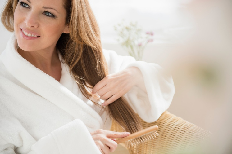 1. Ženske, ki imajo močne in zdrave lase zelo previdno izberejo tip krtače ali glavnika za svoje lase, pri česanju …