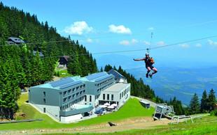 Igranje mini golfa v planinskih čevljih, spust po jeklenici in hlajenje s pogledom na Kamniško-Savinjske Alpe