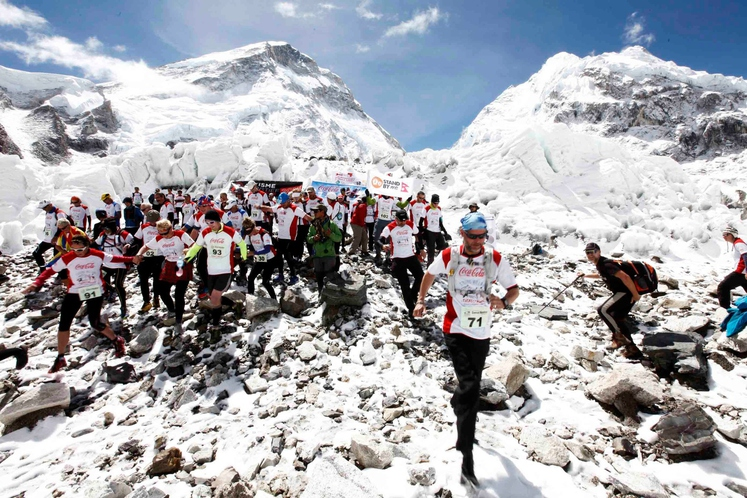 EVEREST Maraton ob vznožju najvišje gore na svetu Everest je seveda tek na najvišji morski višini na svetu. Začetek teka …