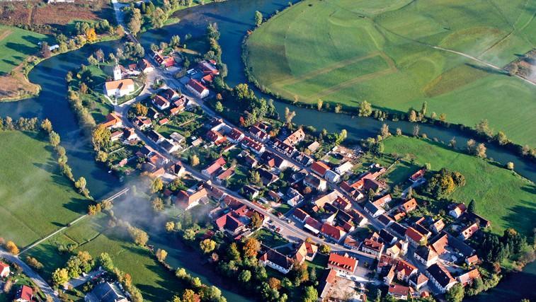 V Kostanjevico vodijo trije mostovi. Eden je namenjen le pešcem. (foto: arhiv občine Kostanjevica na Krki, Matej Jordan, Borut Peterlin)