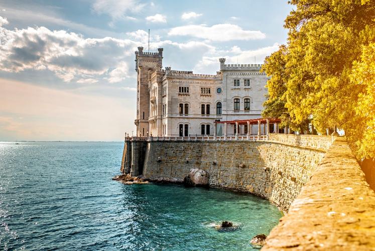 Miramar, Italija Le šest kilometrov od Trsta se na koncu čudovite sprehajalne poti ob morju bohoti eden najlepših gradov v …