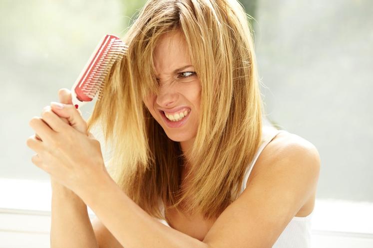 Kako rešite težave z razcepljenimi konicami? Posmodite jih. Ja, ženskam so dejansko svetovali naj šop las navijejo in konice posmodijo. …