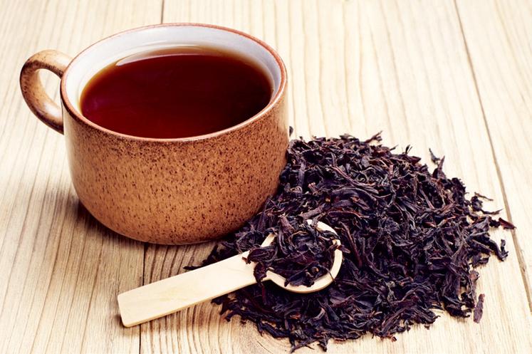 ZJUTRAJ POTREBUJETE PRAVO DOZO Obogatite svoje jutro: zeleni ali črni čaj. Kofein, ki vsebuje tein, bo poskrbel, da boste zbrani …