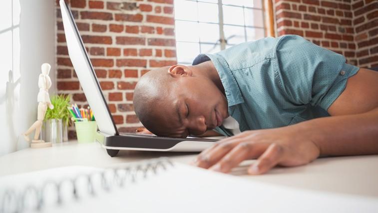 Še vedno čutite zaspanost po dobrem nočnem spancu? (foto: Profimedia)