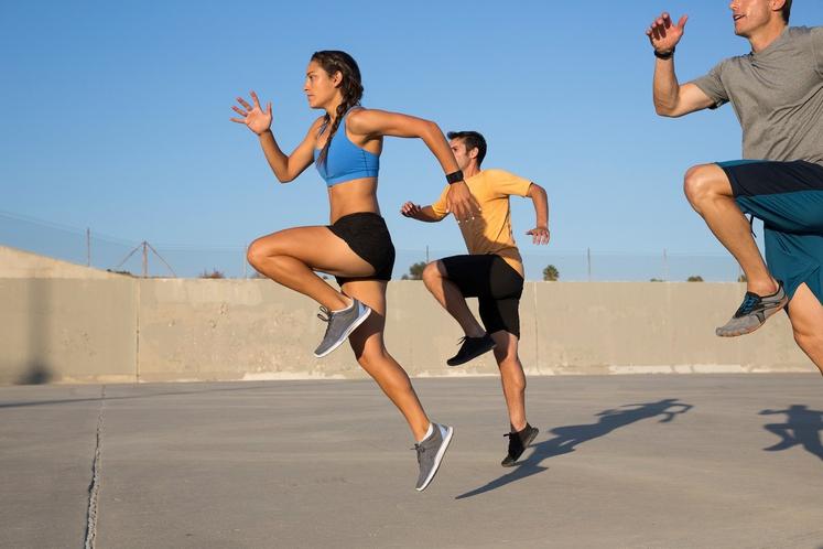 Visoko dvigovanje kolen Vaja je odlična za pospešitev utripa. Z rednim izvajanjem lahko poskrbite za zdravje srca in povečate izgorevanje …
