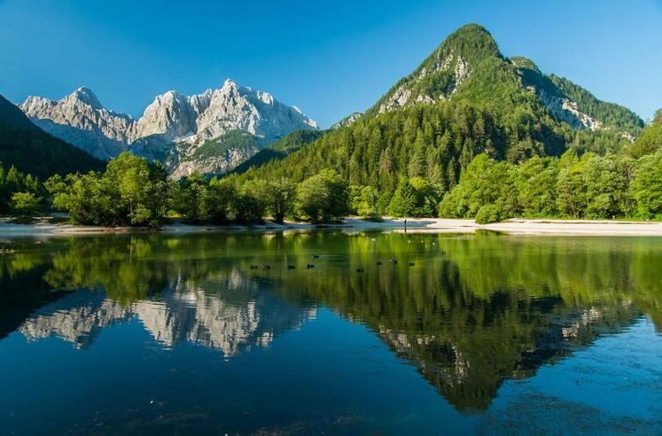 JEZERO JASNA Jezero Jasna pri Kranjski Gori bo zagotovo poskrbelo za poletno osvežitev s svojo hladno vodo. Prehodite lahko tudi …