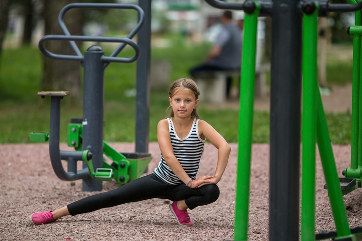 Izpadni korak v stran Tu bo v ospredju otrokova gibčnost. Noge naj razkorači in se najprej nagne na levo koleno, …