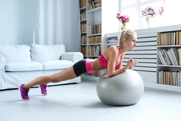 Plank na žogi Vaja je zelo podobna »navadnemu« planku, le da ste tokrat z rokami naslonjeni na žogo ter se …