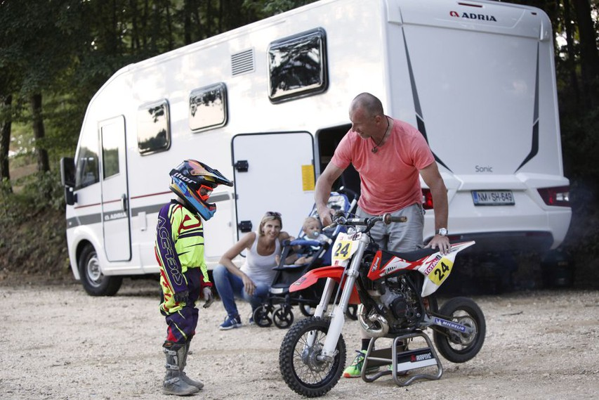 Miran je sinu Martinu uresničil željo in ga peljal na trening na motokros stezo Mačkovci.