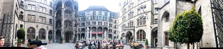 MARIENPLATZ, Strogi center Münchna s čudovito arhitekturo, kjer je največ turistov in uličnega dogajanja.