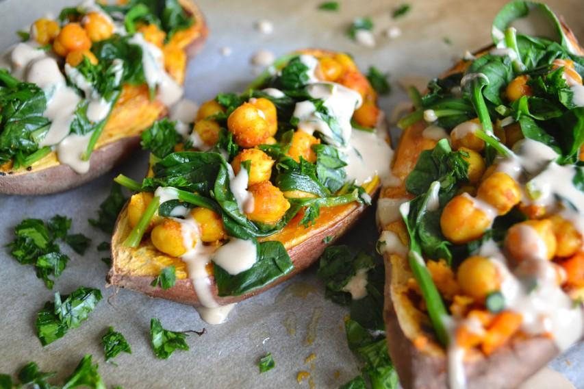 Proteinski recept: Sladki krompir, polnjen s čičeriko in špinačo