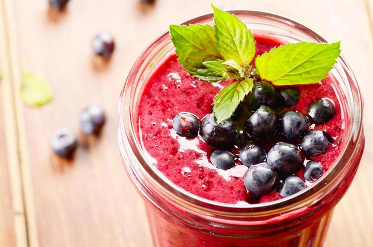 TOREK ZA RAVEN TREBUH Zmešajte: • grški jogurt • žlico mandljevega masla • zmrznjene borovnice • zmrznjen ananas • mlado …