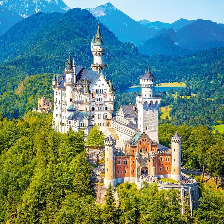 GRAD NEUSCHWANSTEIN, BAVARSKA, NEMČIJA, Neuschwanstein, ki v dobesednem prevodu pomeni novi labodji kamen, je zgradil bavarski kralj Ludvik II. Bavarski …