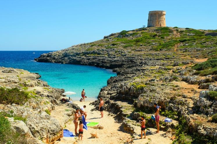 Menorca (Španija) Tu se lahko naučite surfanja.