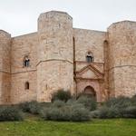 Osmerokotni grad Castel del Monte iz 13. stoletja kraljuje na osamljeni vzpetini ob mestu Andria (Apulija). (foto: Profimedia)