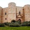 Osmerokotni grad Castel del Monte iz 13. stoletja kraljuje na osamljeni vzpetini ob mestu Andria (Apulija).