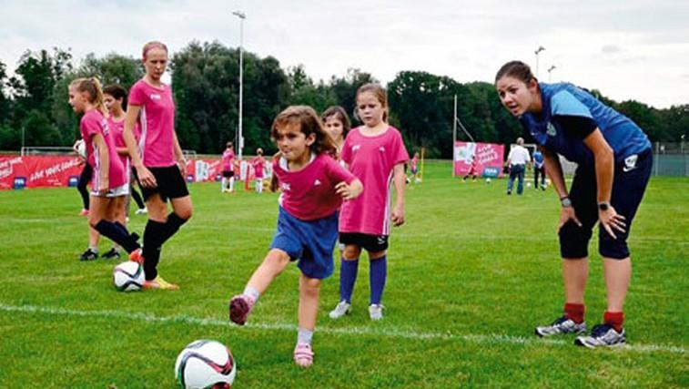 Razbijamo stereotipe: Zakaj bi se morale tudi deklice preizkusiti v nogometu (foto: Arhiv revije Jana)