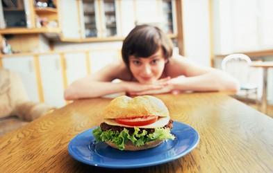 Bi radi izgubili maščobo? Preden začnete spreminjati prehrano, poskusite z naslednjim