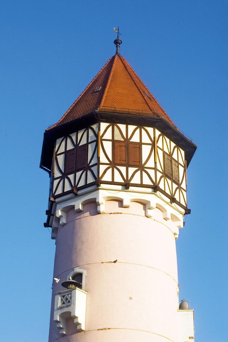 BREŽICE SLOVENIJA Brežiški vodni stolp je visok 46 metrov ter je nekoč služil (zgrajen 1914) za oskrbo prebivalcev mesta s …
