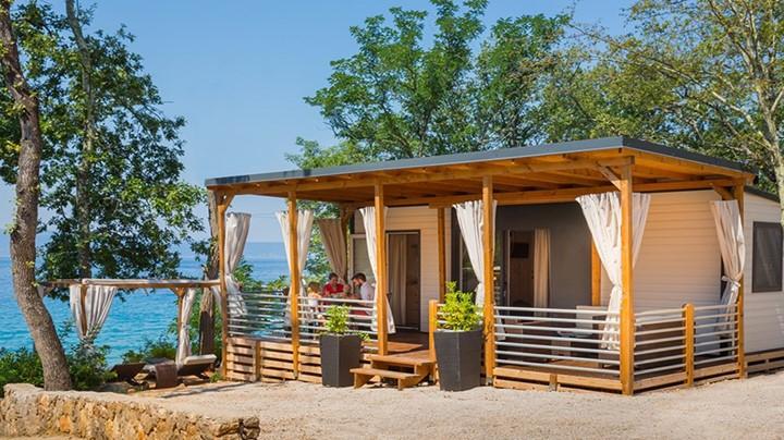 Mobilne hišice ponujajo vse prednosti, ki jih imajo apartmaji visoke kategorije, ampak z eno pomembno razliko, nahajajo se ob samem morju in v senci gozda.