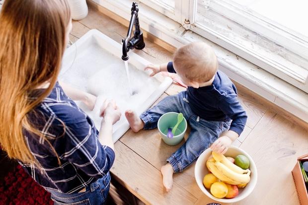Gospodinjska opravila lahko počakajo Nov družinski član prinese tudi nov kup oblačil, umazane posode in razmetanih stvari, ki ležijo po …