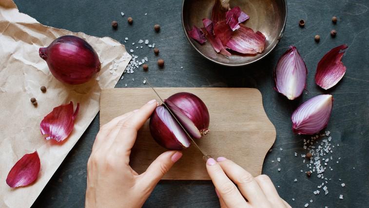 Ob manjših tegobah si pomagajte s čebulo! (foto: Shutterstock)
