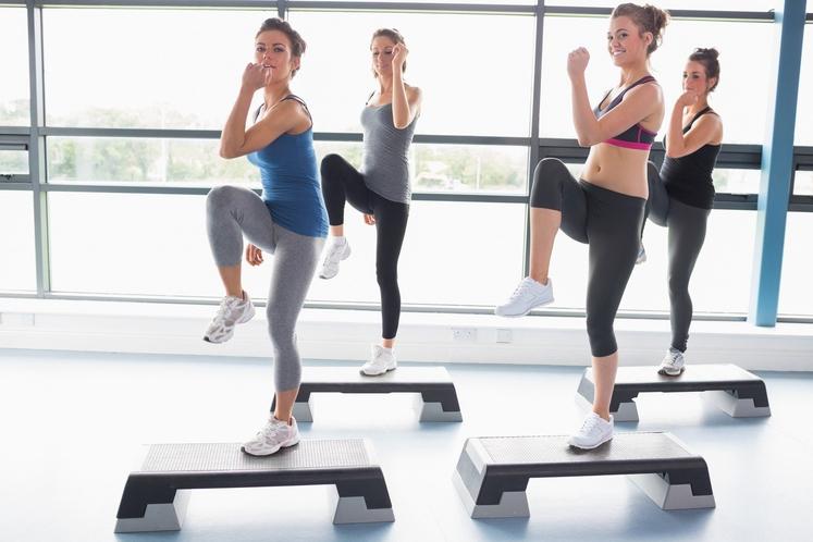 Dvigovanje noge 1. Dvignite pokrčeno nogo pred sabo in ujemite ravnotežje. 2. Ko boste dovolj stabilni, nogo dvignite vstran, zadržite …