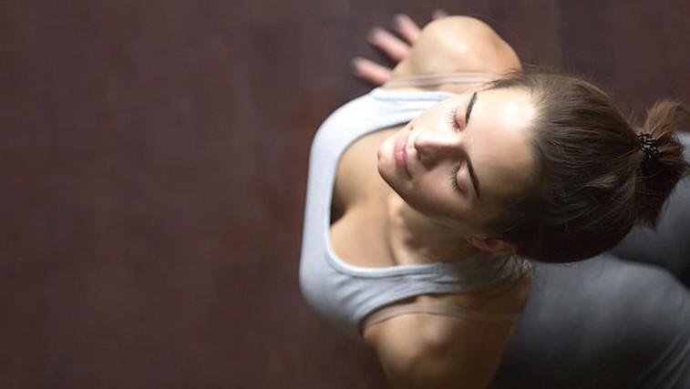 5 jogijskih vaj, s katerimi lahko popravite škodo, ki si jo delate s sedečim delom (foto: Profimedia)