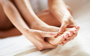 6 razlogov, zakaj bi si morali pred spanjem vedno zmasirati stopala