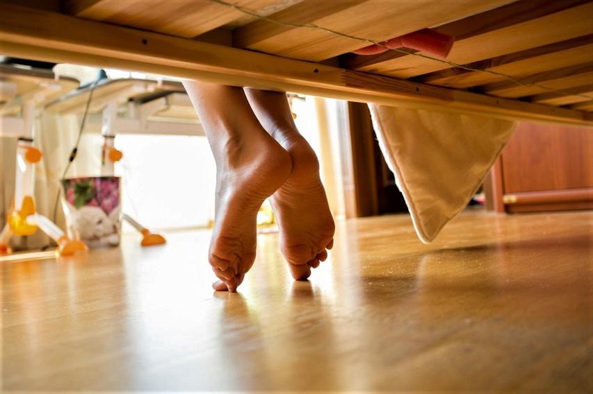Veste, zakaj bi morali vsak večer pred spanjem na stopala nanesti eterična olja? (VIDEO)