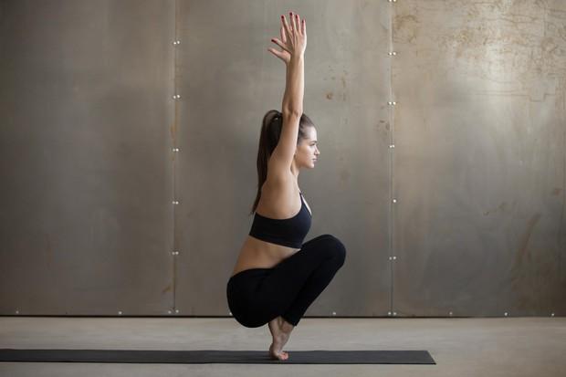 Stanje na prstih Usedite se na tla tako, da noge spodvijete pod sebe, roke pa počivajo ob telesu. Ko boste …