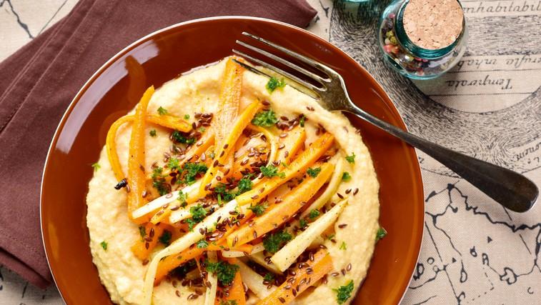 Čičerkin humus s pečenimi korenovkami (foto: Profimedia)