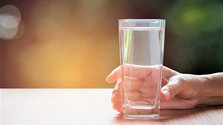 Zakaj voda, ki jo pustimo stati v kozarcu, čez čas spremeni okus? (in ali je varna za pitje) (foto: Profimedia)